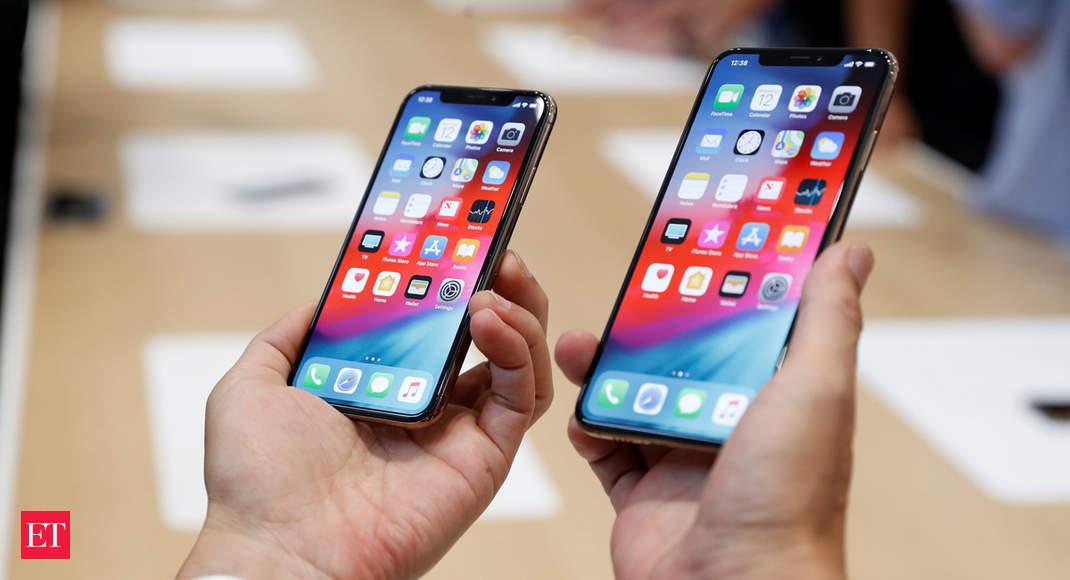 iPhones XS en la palma de personas de la India