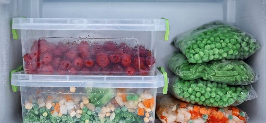 Alimentos adentro de un congelador blanco