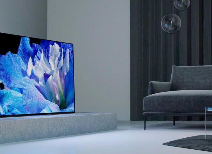 Televisión 4K en una sala color gris