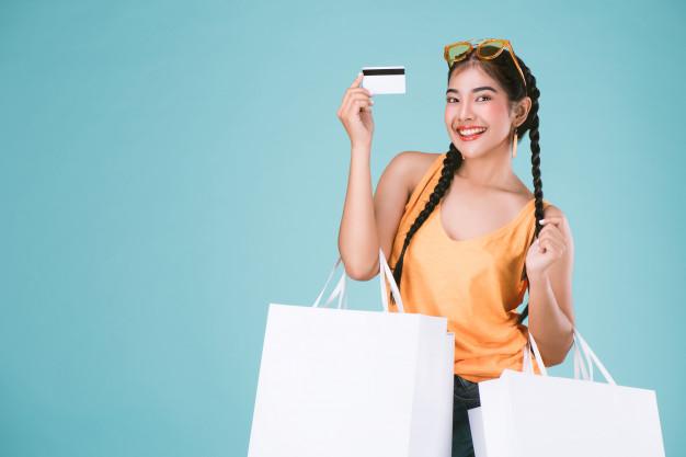 Chica con tarjeta de crédito