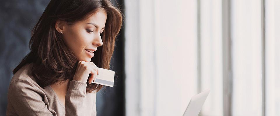 Mujer con tarjeta de crédito en mano