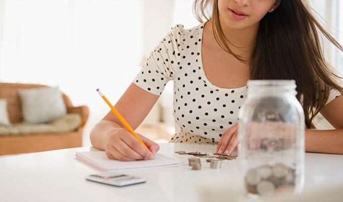 Mujer revisas sus finanzas