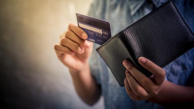 Adolescente con tarjetas de crédito