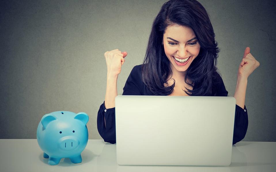 Mujer con laptop y alcancía de cerdito