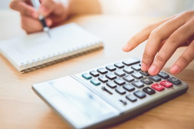 Persona calculando gastos para presupuesto