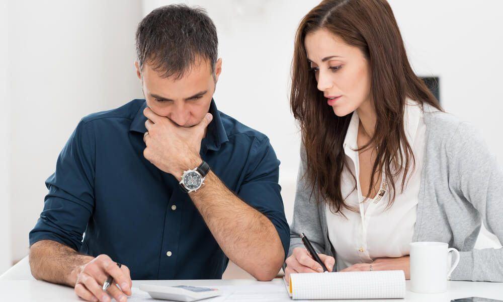 pareja creando su presupuesto