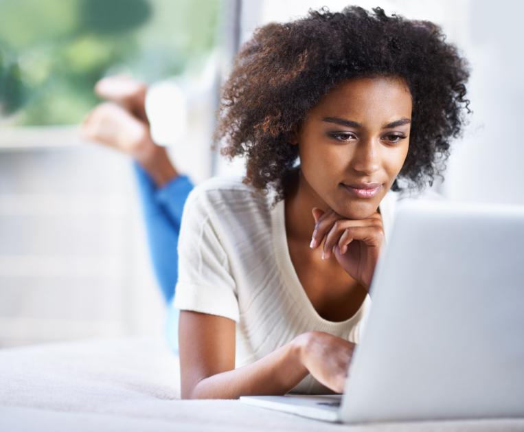 mujer haciendo negocios en línea