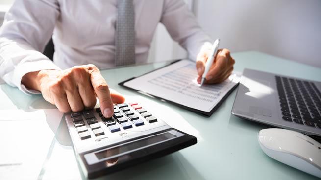 persona haciendo presupuesto para pequeñas empresas