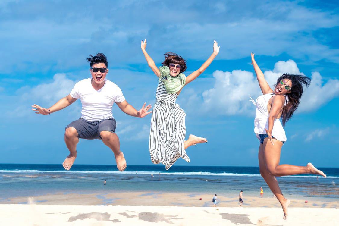 personas con tarjetas de crédito para viajar en la playa