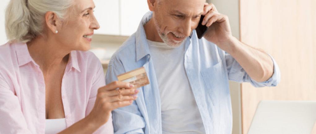 Pareja de ancianos revisando su tarjeta