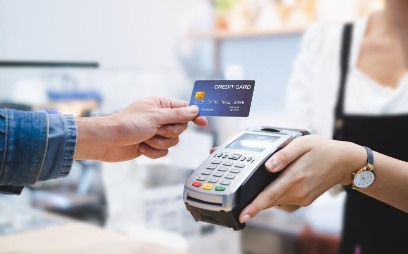 hombre pagando con tarjeta de crédito