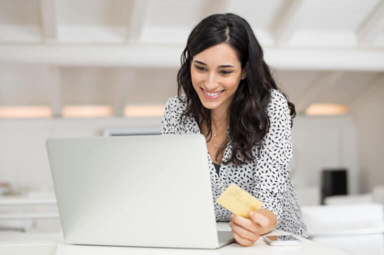 Mujer disfrutando de las recompensas de la tarjeta