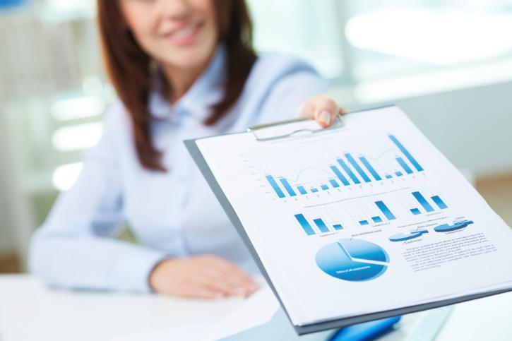 Mujer mostrando una guía de inversión