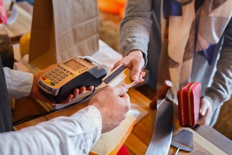 Mujer pagando con tarjeta de crédito