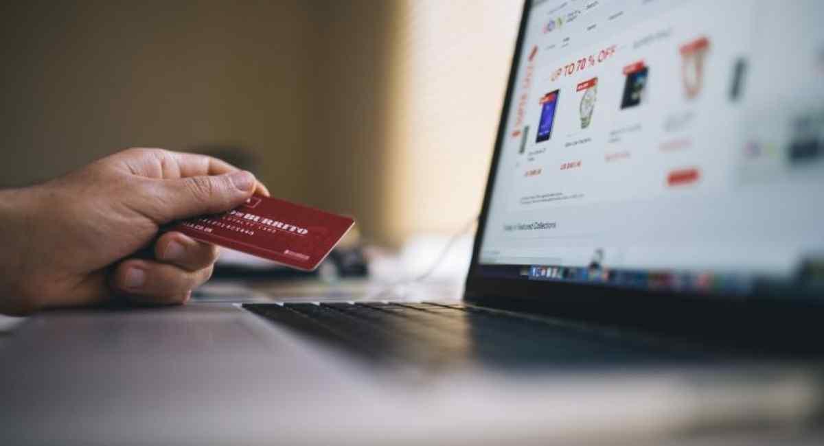 Persona usado tarjeta de crédito en línea