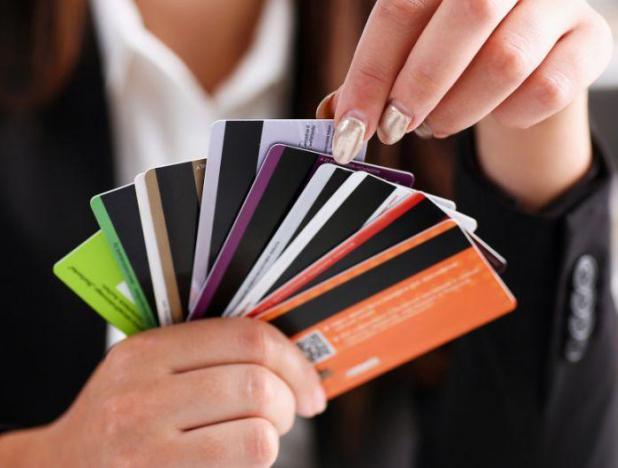 Mujer eligiendo tarjeta de acuerdo a los tips