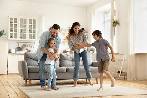 familia feliz con casa nueva de hipotecas