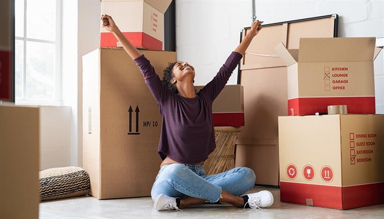 mujer acaba de comprar su departamento