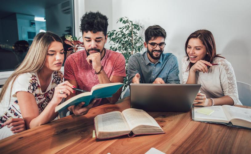 grupo estudiando educación financiera